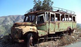 Oude roestige verlaten bus op een grens van de bergweg stock foto's