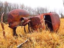 Oude, roestige verlaten vrachtwagen op een gebied royalty-vrije stock afbeelding