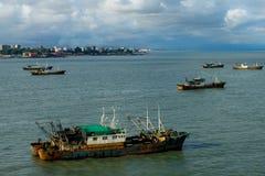 oude roestige vissersboot in Conakry stock foto's