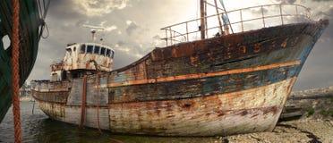 Oude roestige vissersboot en wrak royalty-vrije stock foto's