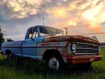 Oude Roestige Vrachtwagen royalty-vrije stock foto's