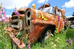 Oude roestige vrachtwagen stock afbeelding