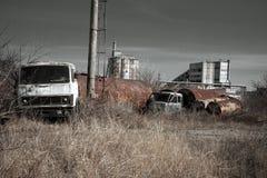 Oude roestige vrachtwagencabine op ruïnes Royalty-vrije Stock Fotografie
