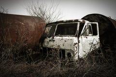 Oude roestige vrachtwagencabine op ruïnes Stock Afbeelding