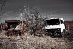 Oude roestige vrachtwagencabine op ruïnes Stock Fotografie