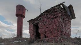 Oude roestige watertoren timelapse stock footage