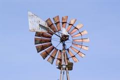 Oude roestige wind-pomp stock afbeelding