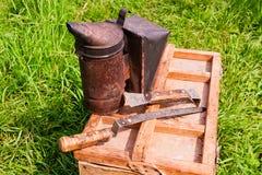Oude roker op de houten doos Royalty-vrije Stock Afbeeldingen