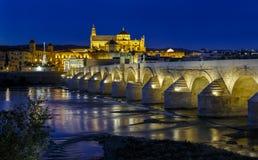 Oude roman brug en toren Calahora bij nacht, Cordoba Stock Foto's
