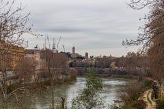 Oude Roman dijk en steenbrug over de Tiber-Rivier, Rome, Italië royalty-vrije stock fotografie