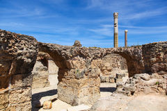 Oude Roman Empire-ruïnes van Carthago in dichtbij het overzees Stock Afbeelding