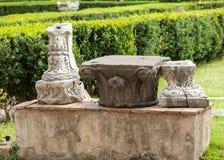 Oude Roman kapitalen in de ruïnes van de Baden van Diocletian in Rome, Stock Foto