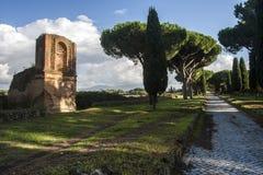 Oude Roman ruïne binnen via Appia Antica (Rome, Italië) Stock Foto