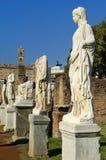 Oude Roman standbeelden op voetstukken Royalty-vrije Stock Afbeelding