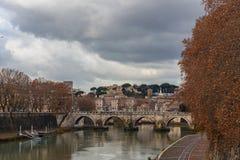 Oude Roman steenbrug over de Tiber-Rivier, Rome, Italië stock afbeeldingen