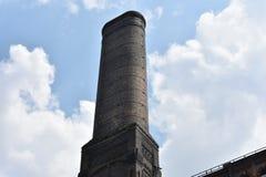 Oude rookstapel voor verlaten fabriek royalty-vrije stock fotografie