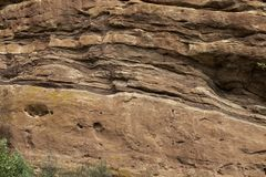 Oude rots en minerale textuur als achtergrond op een muur stock fotografie