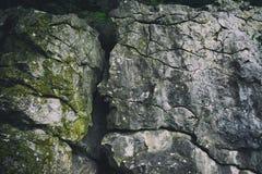 Oude rots met barsten royalty-vrije stock fotografie