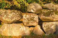Oude rotsen met vers groen mos, natuurlijke textuurachtergrond stock foto's