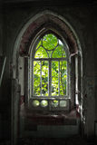 Oude rotte deuropening van een verlaten herenhuis van Khvostov in gotische stijl royalty-vrije stock afbeeldingen