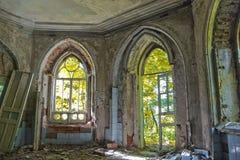 Oude rotte deuropening van een verlaten herenhuis van Khvostov in gotische stijl stock foto's