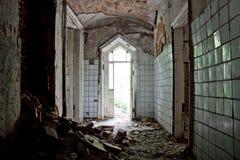 Oude rotte deuropening van een verlaten herenhuis van Khvostov in gotische stijl stock foto