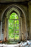 Oude rotte deuropening van een verlaten herenhuis van Khvostov in gotische stijl stock afbeeldingen