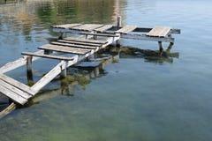Oude rotte schipbrug in een spookstad Stock Foto's
