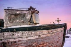 Oude rotte vissenboot in Teriberka, het Gebied van Moermansk, Rusland stock afbeelding