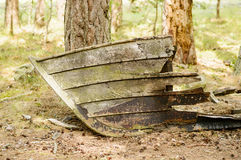 Oude rottende boot op land Stock Fotografie