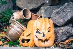 Oude rottende gele pompoen Traditionele Halloween-decoratie royalty-vrije stock foto