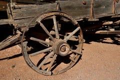 Oude rottende houten wiel en wagen stock afbeeldingen