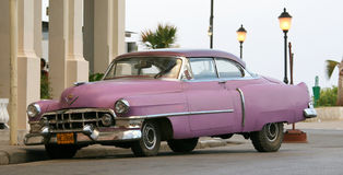 Oude Roze Auto in Cuba stock afbeelding