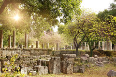 Oude ruïnes in archeologisch museum in Olympia Griekenland stock afbeelding