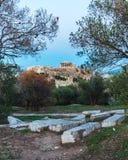 Oude ruïnes in Athene met de Akropolis bij de achtergrond Stock Afbeeldingen