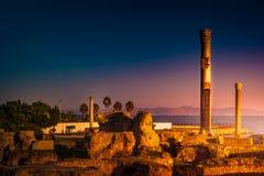 Oude ruïnes in Carthago, Tunesië met de Middellandse Zee in afstand royalty-vrije stock foto's