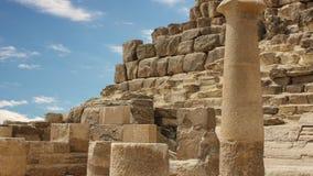 Oude ruïnes dichtbij de piramides van Giza Egypte Timelapse stock videobeelden
