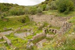 Oude ruïnes dichtbij Lousios-rivier stock foto