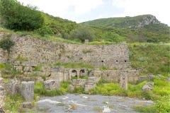 Oude ruïnes dichtbij Lousios-rivier royalty-vrije stock afbeelding