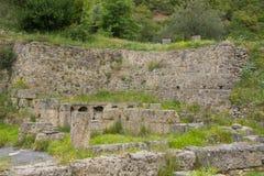Oude ruïnes dichtbij Lousios-rivier royalty-vrije stock foto's