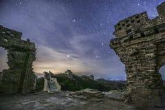 Oude ruïnes en nachthemel hierboven Stock Afbeeldingen