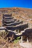 Oude ruïnes in het Eiland Delos in Cycladen, één van de belangrijkste mythologische, historische en archeologische plaatsen royalty-vrije stock fotografie