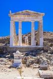 Oude ruïnes in het Eiland Delos in Cycladen, één van de belangrijkste mythologische, historische en archeologische plaatsen stock foto's