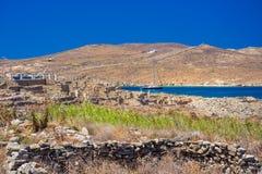 Oude ruïnes in het Eiland Delos in Cycladen, één van de belangrijkste mythologische, historische en archeologische plaatsen royalty-vrije stock foto's
