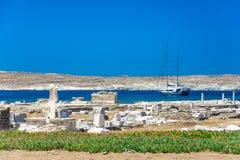 Oude ruïnes in het Eiland Delos in Cycladen, één van de belangrijkste mythologische, historische en archeologische plaatsen stock foto