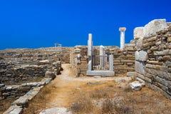 Oude ruïnes in het Eiland Delos in Cycladen, één van de belangrijkste mythologische, historische en archeologische plaatsen royalty-vrije stock foto