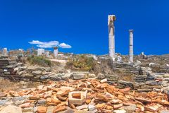 Oude ruïnes in het Eiland Delos in Cycladen, één van de belangrijkste mythologische, historische en archeologische plaatsen stock afbeelding