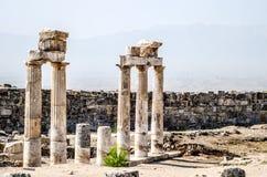 Oude ruïnes van kolommen in de oude stad van Hierapolis in Pamukkale, Turkije stock afbeelding