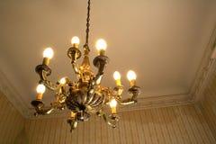 Oude ruimte en kroonluchter Stock Afbeeldingen