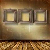 Oude ruimte, grunge binnenland met frames Stock Afbeeldingen